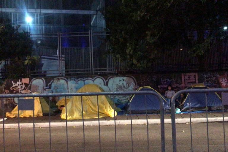 Fãs de Monsta X acampam em frente ao Espaço das Américas