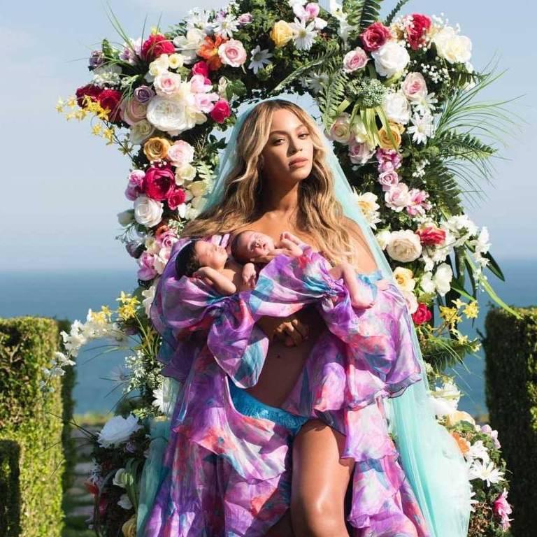 Beyoncé posa com seus filhos gêmeos recém-nascidos, Sir Carter e Rumi