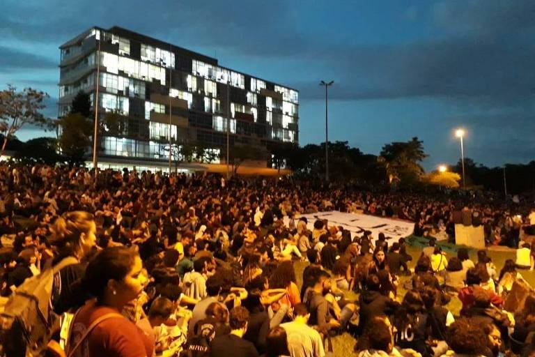 Estudantes fazem assembleia na UFMG sobre adesão a protesto nacional no dia 15 de maio