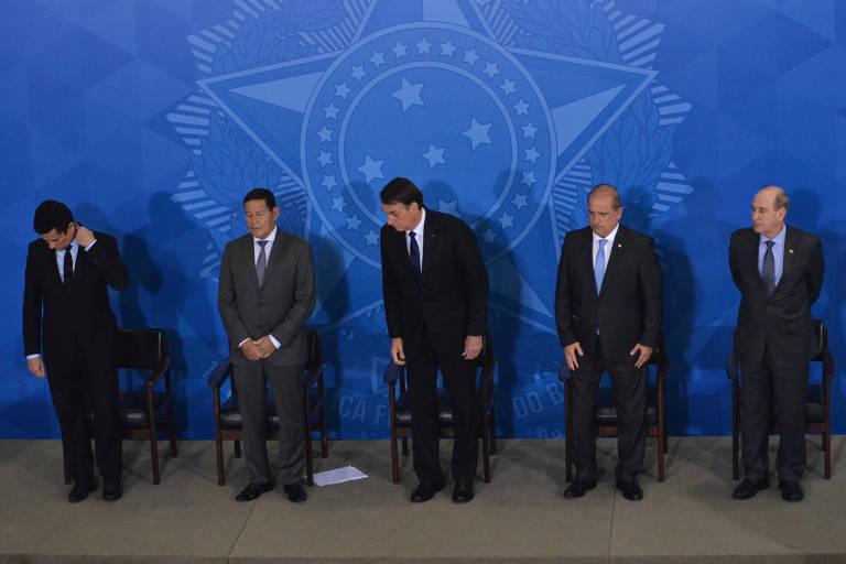 O presidente Jair Bolsonaro, seu vice, Hamilton Mourão, e os ministros Onyx Lorenzoni (Casa Civil), Fernando Azevedo (Defesa), Sergio Moro (Justiça), durante assinatura de decreto presidencial que flexibiliza para armas
