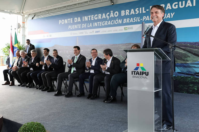 Bolsonaro discursa em evento de colocação da pedra inaugural de nova ponte sobre o rio Paraná, que vai unir Brasil e Paraguai