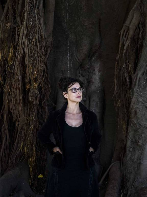mulher de oculos e roupa preta