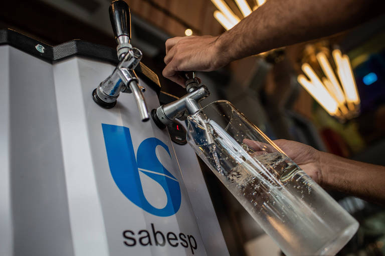 A Sabesp deve começar a distribuir equipamentos com estilo de chopeiras para que restaurantes passem a oferecer água filtrada, em vez de vendê-la em garrafas plásticas