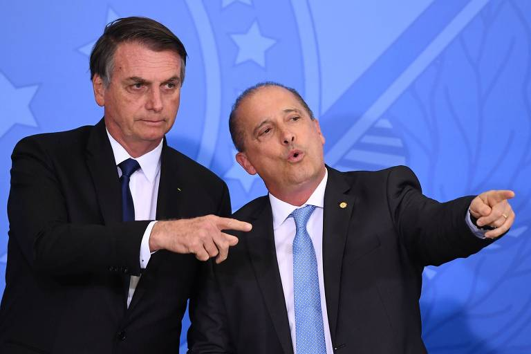 O presidente Jair Bolsonaro ao lado do ministro Onyx Lorenzoni