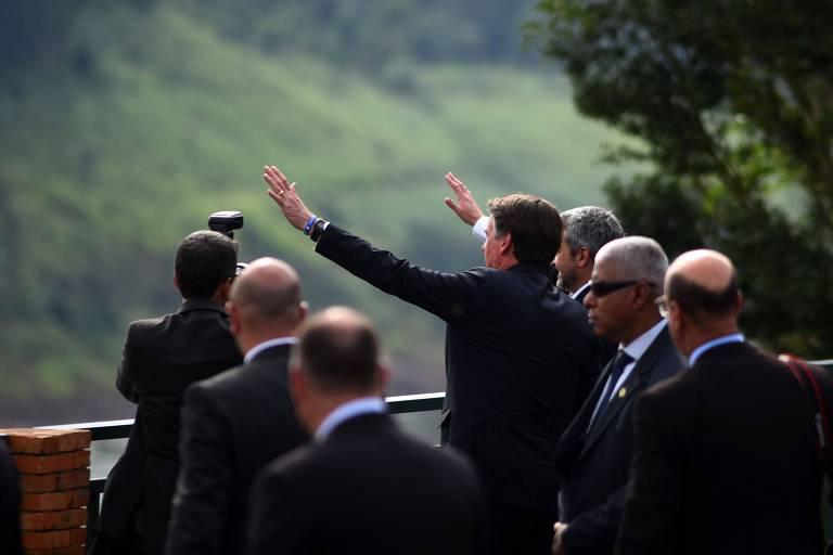 Bolsonaro e o presidente do Paraguai, Mario Abdo Benitez (à sua dir.) em cerimônia, em Foz do Iguaçu, para colocar pedra fundamental de ponte entre os dois países