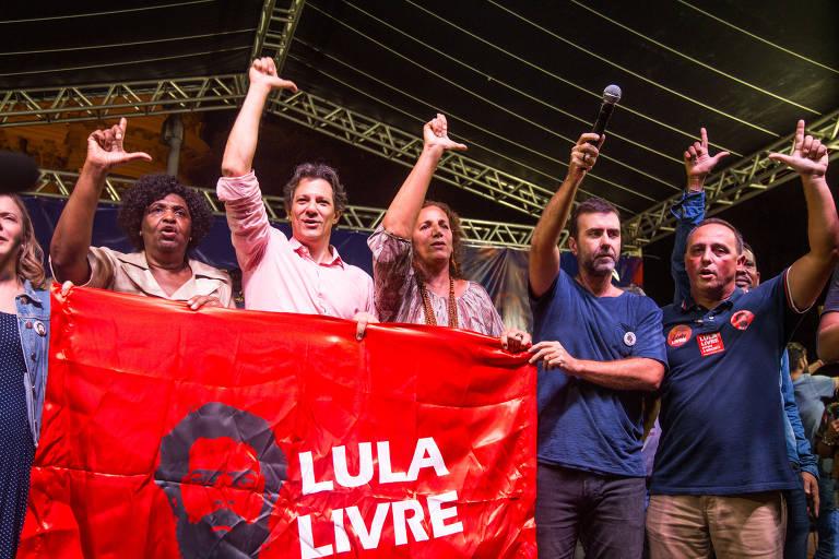 Benedita da Silva e Fernando Haddad, do PT, Jandira Feghali, do PC do B, ao lado de Marcelo Freixo do PSOL, em ato na Cinelândia que uniu esquerda em prol das universidades e da educação pública; grupo carrega bandeira de Lula Livre e faz o L com as mãos