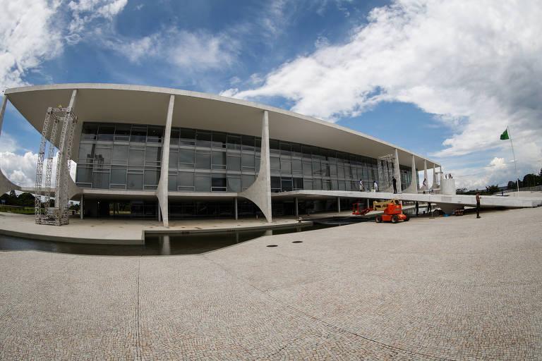 Resultado de imagem para Bolsonaro veta norma que proibia minissaia no Planalto