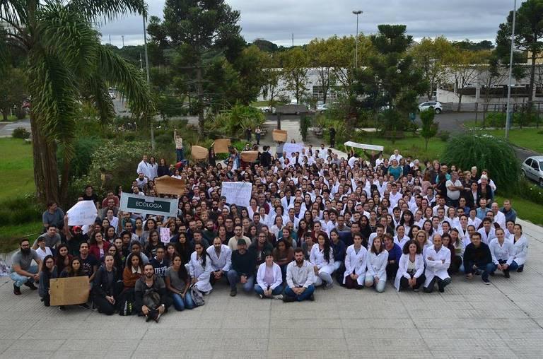 Pesquisadores da UFPR (Universidade Federal do Paraná) fazem protesto em Curitiba contra cortes no MEC e nas bolsas de pesquisa