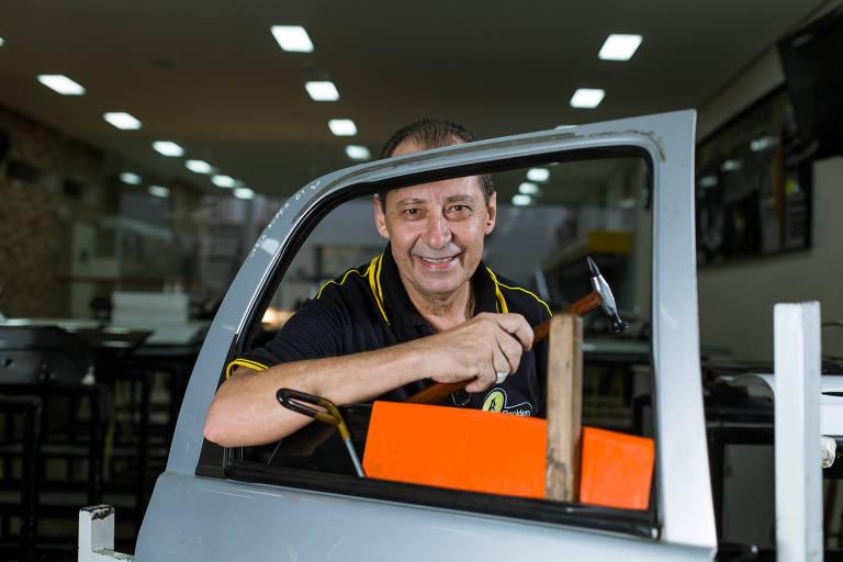 O aposentado Osmar Antônio Rosa, 61, que precisava complementar a renda da aposentadoria e não conseguia trabalho resolveu aproveitar o conhecimento em funilaria artesanal para dar o primeiro passo
