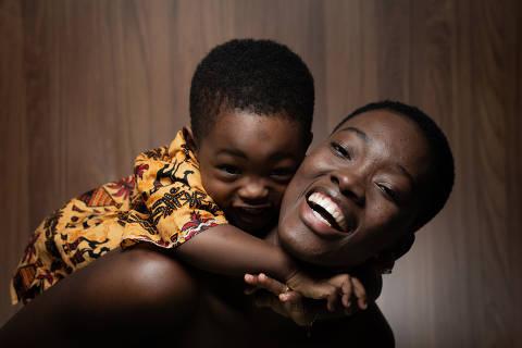 SÃO PAULO, SP, BRASIL, 10-05-2019: A africana de Guiné Bissau Samira Ariana Nancassa Arlete (29), junto com seu filho Wallid  Gustavo Arlete Camara (2), nascido no Brasil, são retratados no estúdio da Folha. (Foto: Bruno Santos/ Folhapress) *** FSP-COTIDIANO *** EXCLUSIVO FOLHA***