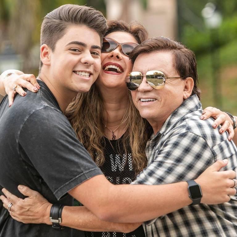 Chitãozinho, da dupla com Xororó, com o filho Enrico e a mulher, Márcia Alves
