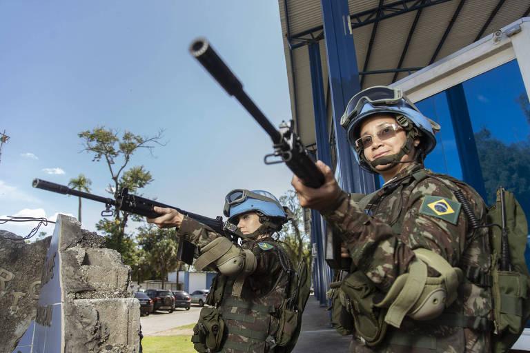 Mulheres militares segurando armas