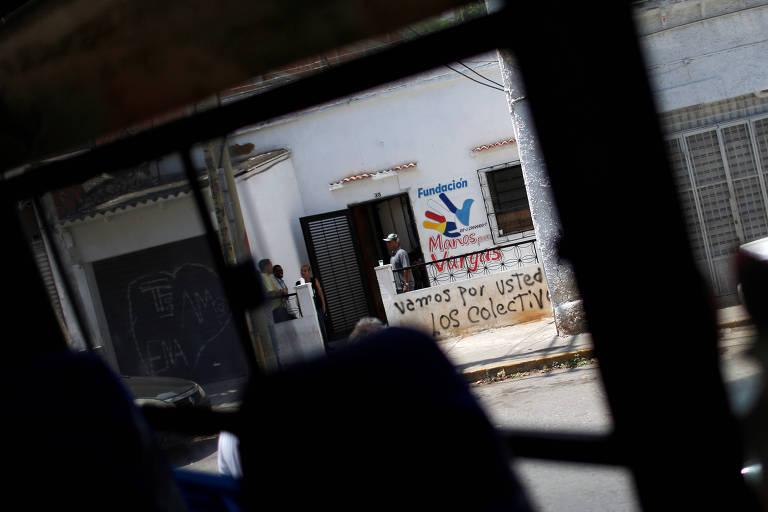 Pichação com a frase 'nós vamos atrás de você, os colectivos', do lado de fora da fundação 'Manos para Vargas', liderada pelo deputado de oposição Jose Olivares, em Caracas