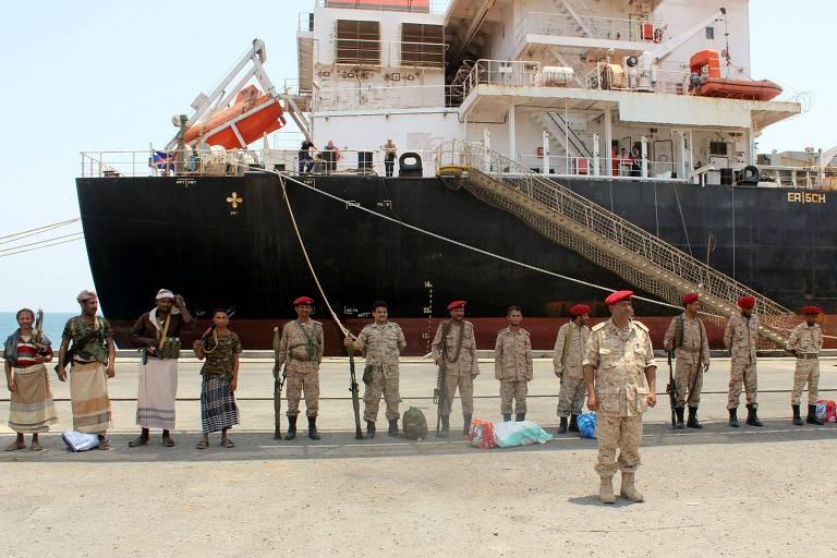 Rebeldes huthi em cerimônia de retirada do porto de Hodeidah