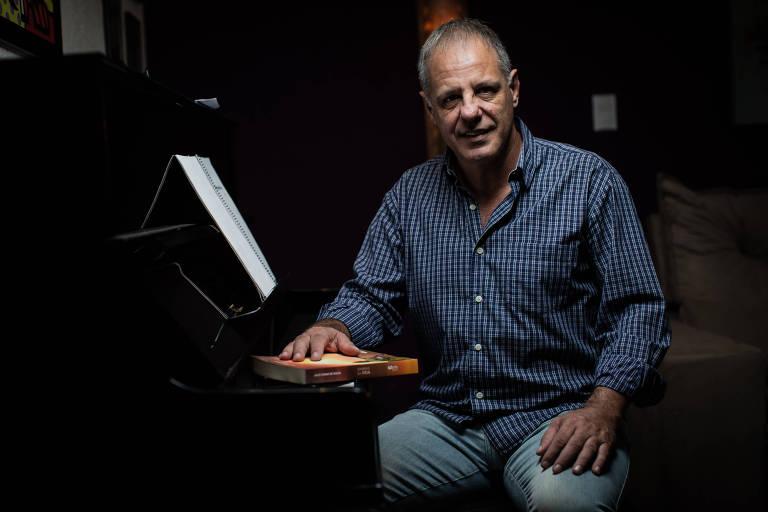 Jogador do Corinthians na década de 1980, Julio César aprendeu piano após ficar surdo