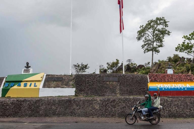 Pessoas atravessam a fronteira entre o Brasil e a Venezuela em Pacaraima, no estado de Roraima