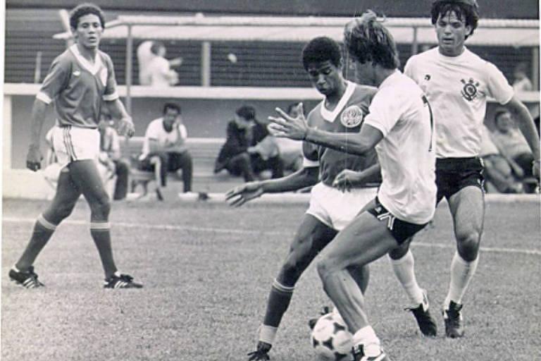 O ex-ponta direita, à direita com a camisa 7, em ação pelo Corinthians nos anos 1980
