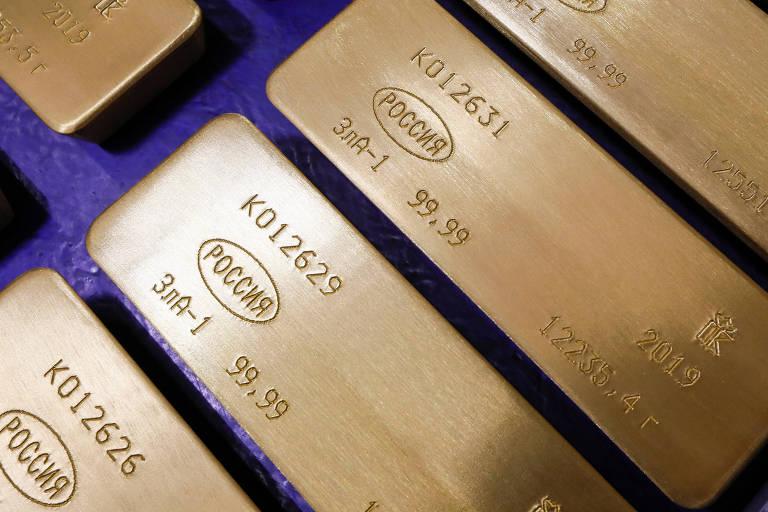 Lingotes de 99,99% de ouro puro na fábrica da Krastsvetmet, uma das maiores fabricantes mundiais de metais não-ferrosos, na cidade russa de Krasnoyarsk