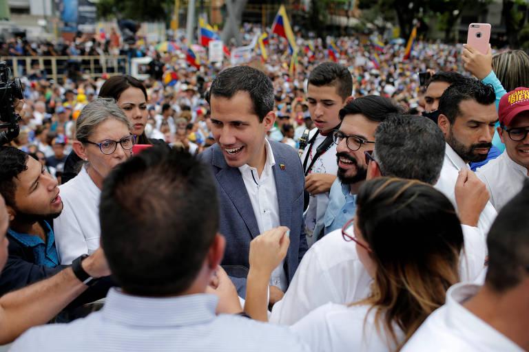 O líder opositor Juan Guaidó com apoiadores em Caracas neste sábado (11)