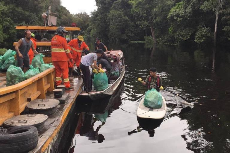 Barcos são emprestados por ribeirinhos para ajudar a coletar lixo no lago Tarumã