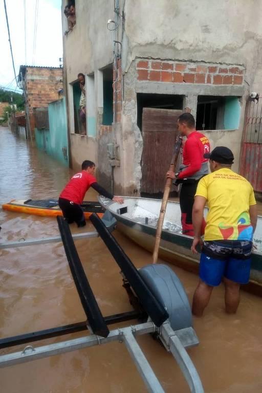 Operação de resgate dos Bombeiros no bairro de Caji, em Lauro de Freitas
