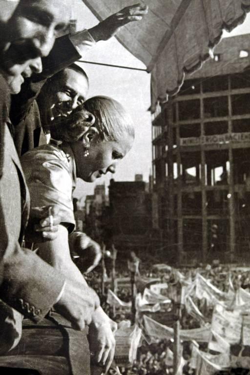 Evita e Juan Domingo Perón (ao fundo) participam de comício em Buenos Aires, em 1951