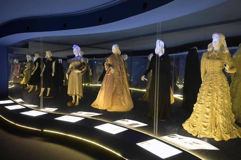 Vestidos que pertenceram a ex-primeira-dama da Argentina, Evita Perón (1919-1952), são exibidos no Museu Evita, em Buenos Aires