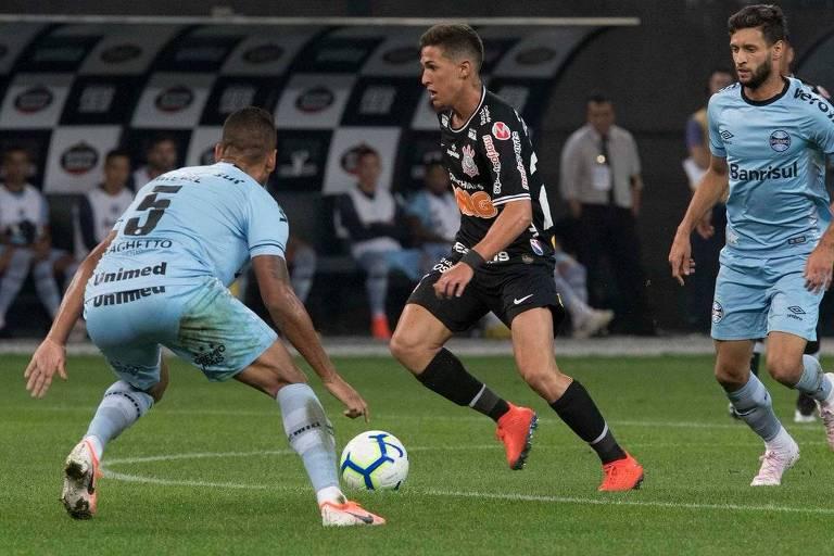 Matheus Vital tenta passar por Michel na partida entre Corinthians e Grêmio neste sábado (11)