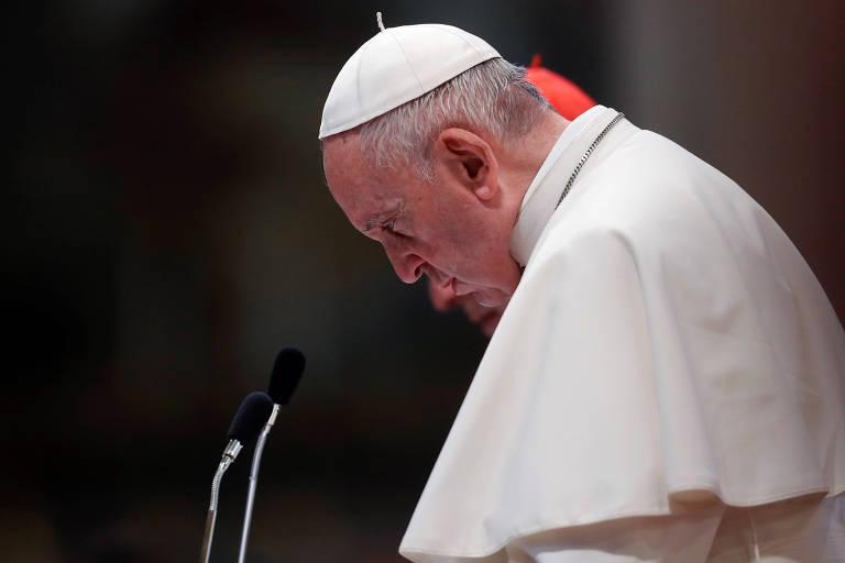 Papa Francisco olha para baixo durante cerimônia em Roma