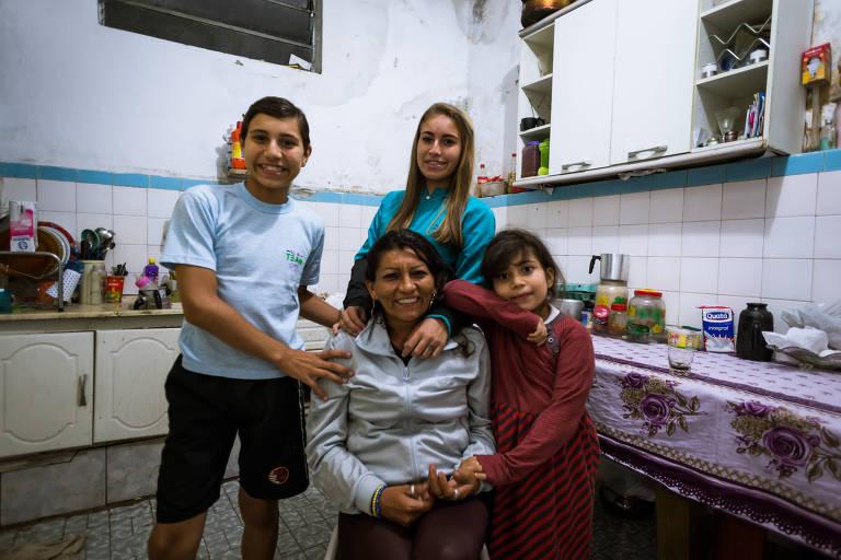 Maria Célia Caboclo, 42 anos, é daquelas mulheres cabra da peste. Fugiu de cidade no Ceará, aos 13 anos, com o pai de sete, de seus oito filhos, para São Paulo. No entanto, foi ela sempre quem cuidou dos pequenos, hoje adultos (a mais velha tem 26 anos) e a mais nova 6 anos (filha de outra pessoa)