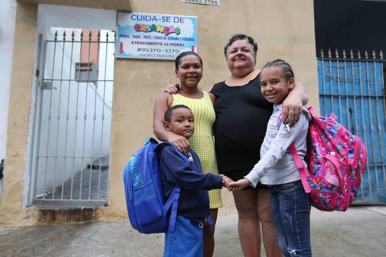 Barbara de Jesus Santos, 28 anos (com vestido Amarelo), cuida sozinha dos filhos Ana Clara Ferreira dos Santos, 9 anos, e de Jorge Henrique Silva Santos, 4 anos. Para ir trabalhar no motel, diariamente, deixa os filhos com a babá Marilena Leva.