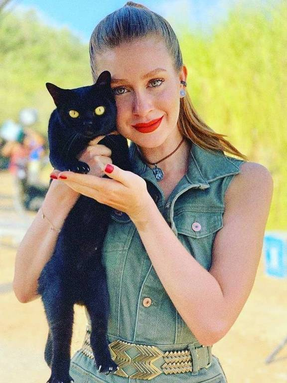 Marina Ruy Barbosa e o gato da novela