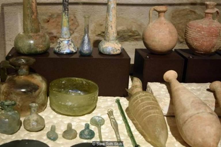 A coleção de moedas, utensílios e outros objetos do dia a dia do museu monta uma imagem de como era a vida na Terra Santa