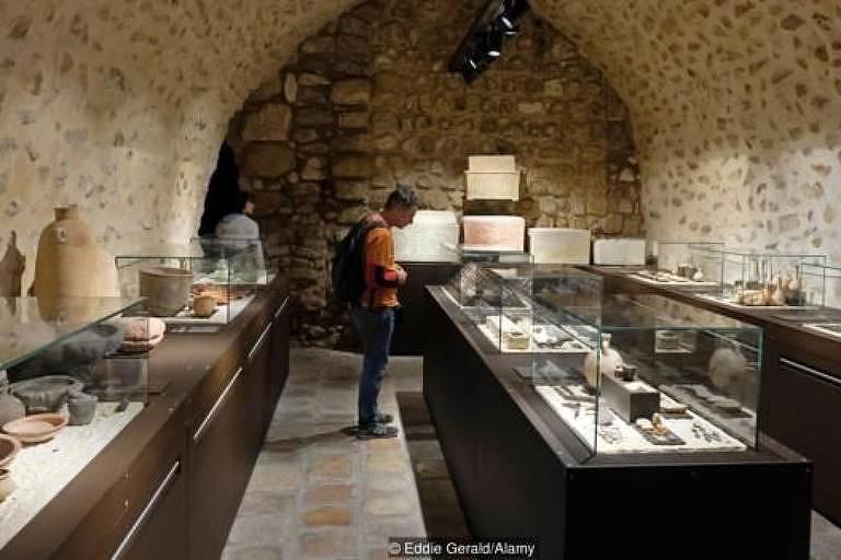 O Museu abriga artefatos antigos que foram descobertos e preservados pela Ordem Franciscana