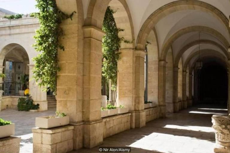 O museu está alojado dentro do Mosteiro da Flagelação, que tem sido um local de peregrinação desde o século 4