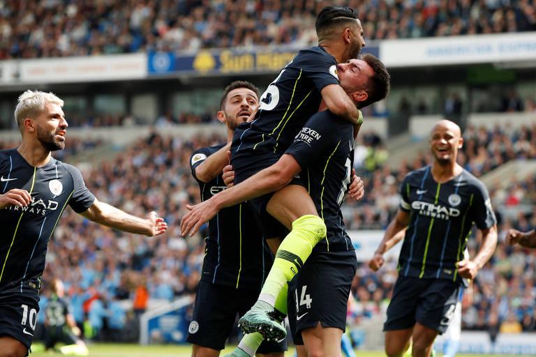 Jogadores do Manchester City comemoram o gol de Laporte, que virou a partida