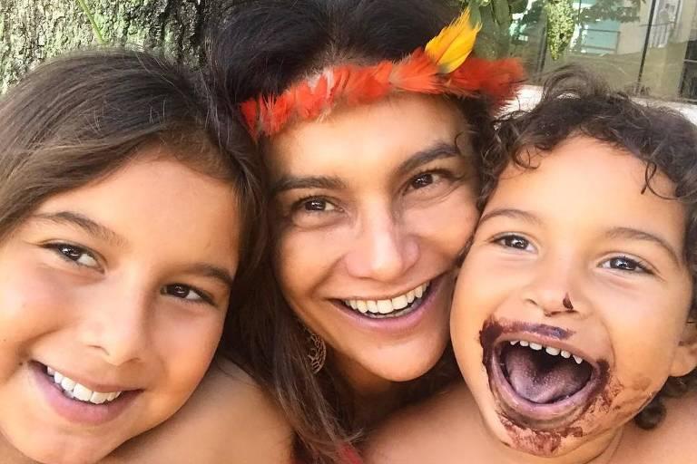 Dira Paes com os filhos, frutos do casamento dela com o diretor de fotografia Pablo Baião
