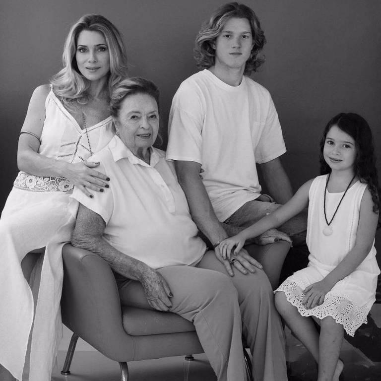 Famosos postam homenagens as mães e a maternidade no Dia das Mães