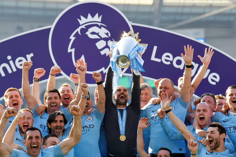 Guardiola levanta a taça da Premier League, a segunda seguida à frente do Manchester City