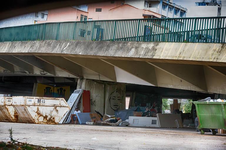 Moradores de rua sob o viaduto Júlio de Mesquita Filho, na Bela Vista