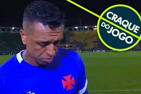 Goleiro Sidão, do Vasco, recebe prêmio de Craque do Jogo após levar três gols