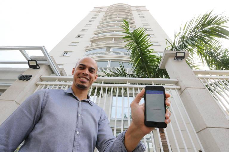 O síndico José Qualtemar Machado Junior, 32 anos, mostra o sistema que e usado para a realizacão das assembleias online