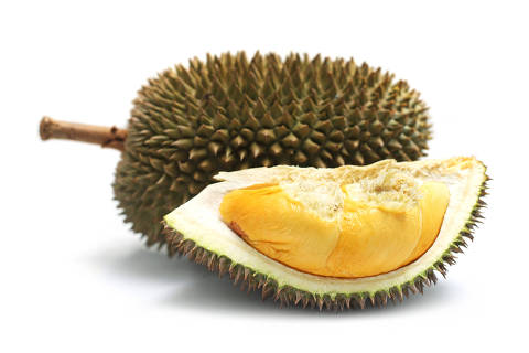 Close up of peeled durian isolated on white background.   fruta durião. Credito:Mau Kae Horng/Stock