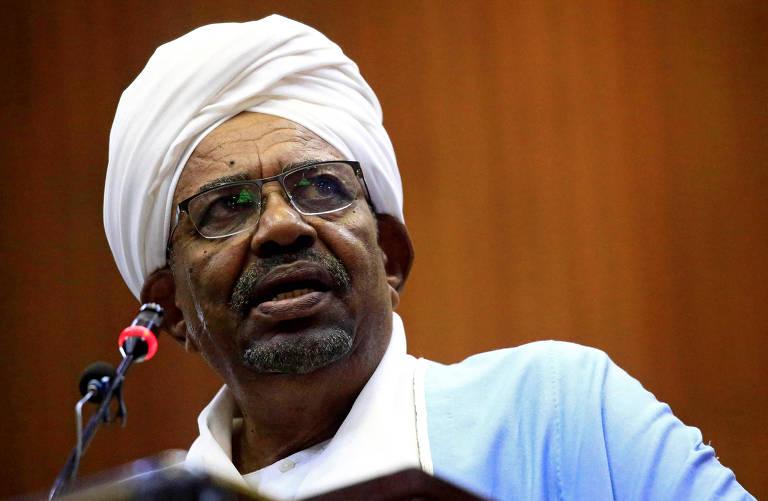 Omar al-Bashir em discurso no Parlamento, em Cartum, dias antes de ser deposto e preso