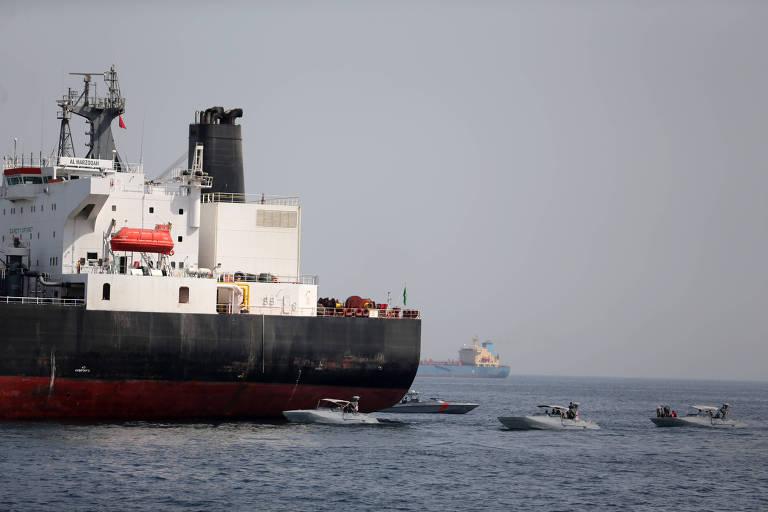 Botes do Emirados Árabes ao lado de um dos navios sauditas alvo de sabotagem