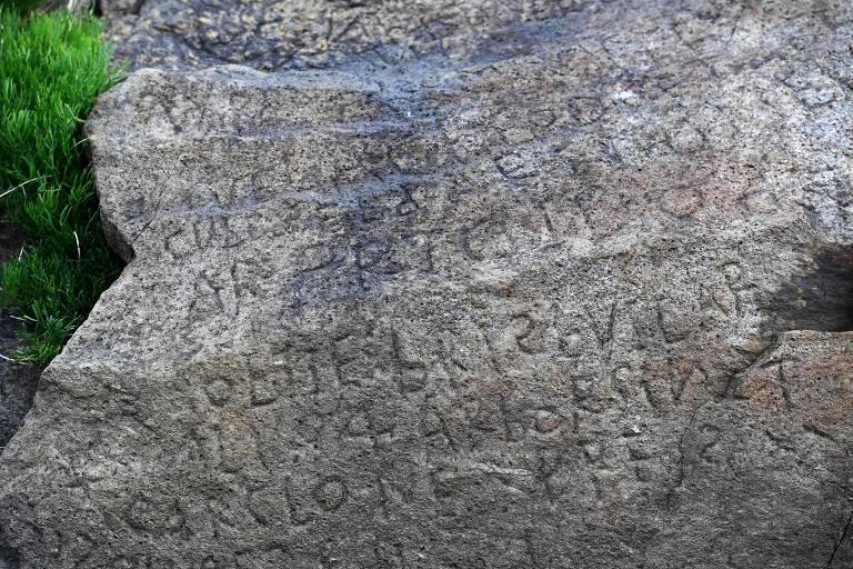 Inscrições em pedra no vilarejo de Plougastel-Daoulas, na França