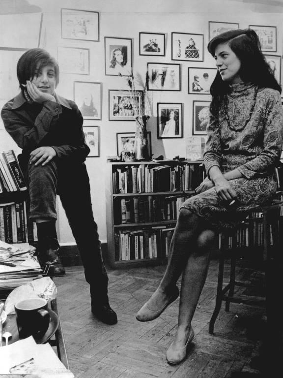 David Rieff e sua mãe, Susan Sontag, escritora e ensaísta norte-americana, sentados, em foto de 1967