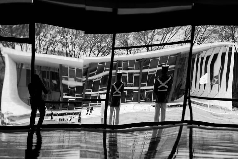 Prédio do STF refletido nos espelhos do salão nobre do Palácio do Planalto, do outro lado da praça dos Três Poderes
