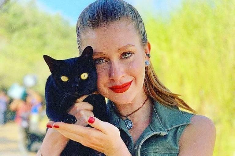 """Marina Ruy Barbosa adota o gato Lucky de """"O Sétimo Guardião"""""""