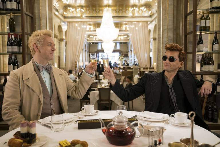 "Aziraphale (Michael Sheen) e Crowley (David Tennant), personagens da série ""Good Omens"""